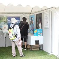 特設ブース内で川柳を書いて応募するギャラリー 2010年 ゴルフ北海道スイング マナーUPプロジェクト「観戦マナーUP川柳」