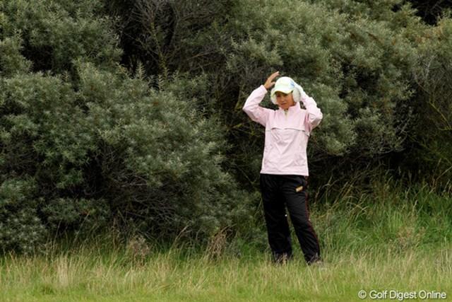 2010年 全英リコー女子オープン事前情報 耳あて 寒いので耳あてを着用。でも暖かくなって1ホール目で取っちゃいました