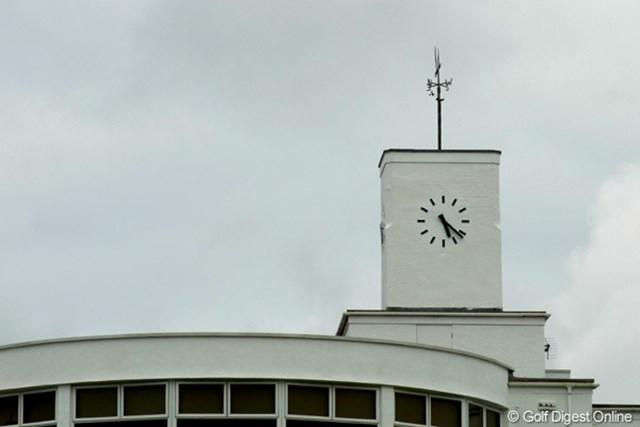 アールデコ調のクラブハウス。時計台が目印です