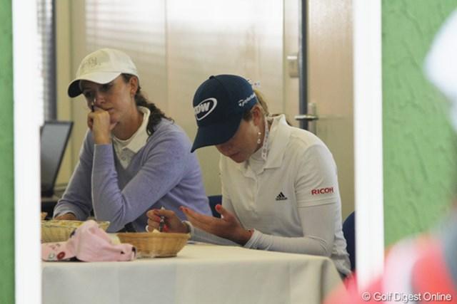 2010年 全英リコー女子オープン2日目 ポーラ・クリーマー アテストテントで痛めた左手をじっとみるポーラ。無事、予選通過を果たした