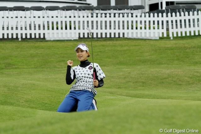 2010年 全英リコー女子オープン2日目 上田桃子 今週は運に味方されている上田桃子。最終ホールも長いイーグルパットを沈めた!