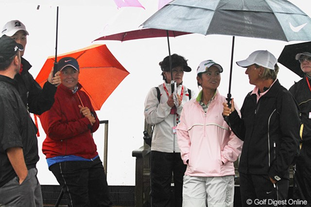 2010年 全英リコー女子オープン2日目 宮里藍 ホールアウト後、チーム宮里が全員集合。雨の中、話しが弾んでいました