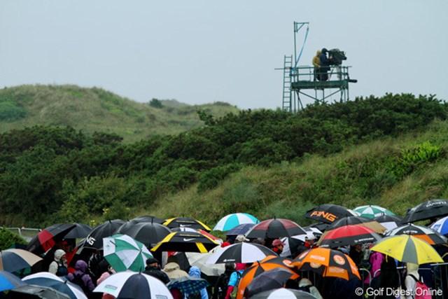 2010年 全英リコー女子オープン2日目 傘の華 雨が降り、ギャラリーが傘の華を咲かせた