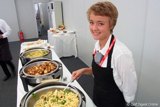 2010年 全英リコー女子オープン2日目 美人スタッフ メディアダイニングの美人スタッフさん