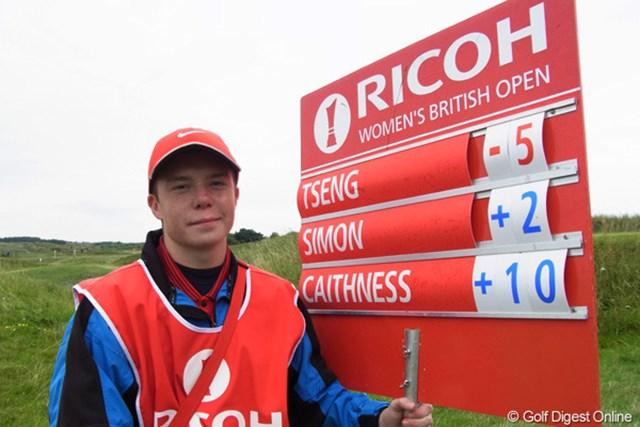 2010年 全英リコー女子オープン2日目 スコアボード 首位の選手のスコアボードを持つ少年、ちょっと自慢げです