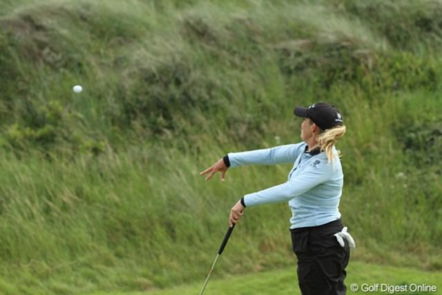 2010年 全英リコー女子オープン3日目 クリスティ・カー ふがいないプレーに苛立ち、ボールをブッシュへ、エイッ!