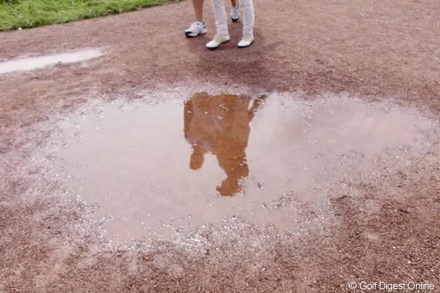 2010年 全英リコー女子オープン3日目 水溜り 雨上がり、水溜りに影