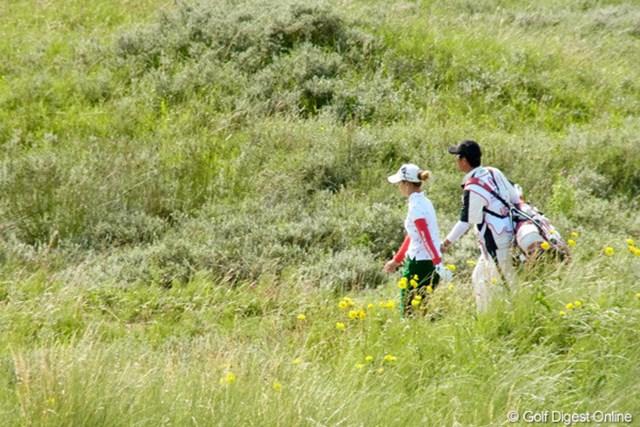 2010年 全英リコー女子オープン3日目 上田桃子 鮮やかな緑の中を歩く