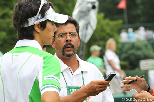 2010年 WGC ブリヂストンインビテーショナル 2日目 石川遼 ラウンド後、米国のUSA TODAY紙のインタビューを受ける石川遼
