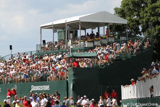 2010年 WGC ブリヂストンインビテーショナル 3日目 18番ギャラリースタンド ミケルソン組を待つギャラリースタンド。タイガーのときよりも倍増
