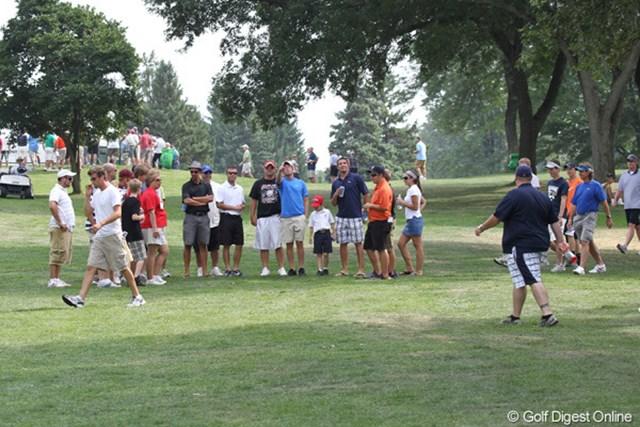 2010年 WGCブリヂストンインビテーショナル 最終日 ギャラリー 米国人もトラブル好き!?選手がボールを曲げると一目散にボールの周り集結する