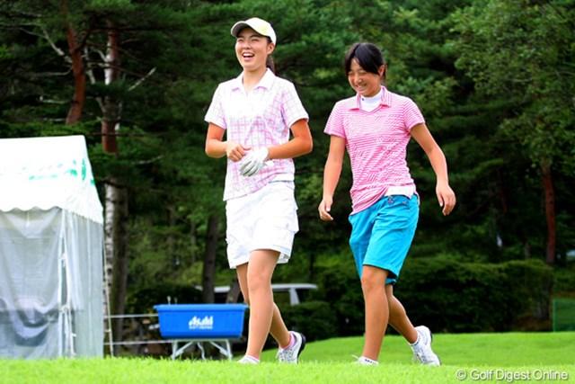 2010年 NEC軽井沢72ゴルフトーナメント事前 高橋恵(左)&石川葉子 高い期待が寄せられる14歳の注目アマ・高橋恵(左)。この日は石川遼の妹・石川葉子(13)と練習ラウンドを行った