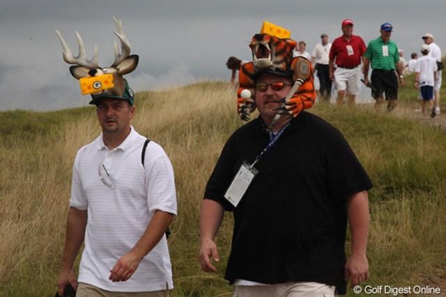 2010年 全米プロゴルフ選手権事前情報 チーズ男 コース内をおもむろに闊歩する2人の男性。頭にはチーズが乗っていました
