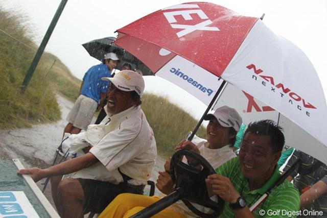 2010年 全米プロゴルフ選手権事前情報 石川遼 土砂降りの中、クラブハウスに引き上げる石川遼