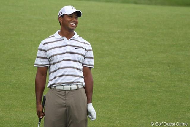 タイガー・ウッズ/全米プロゴルフ選手権2日目 2番パー5で惜しくもチップインバーディを逃し笑顔のタイガー・ウッズ