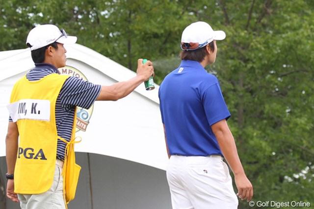 2010年 全米プロゴルフ選手権3日目 キム・キョンテ スタート前に首まで虫除けスプレーをしてもらうキム・キョンテ