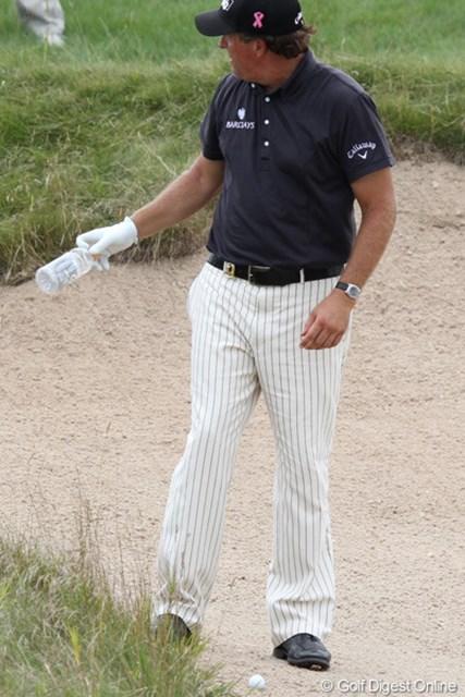 2010年 全米プロゴルフ選手権3日目 フィル・ミケルソン 「ゴミ拾っといた!」ではなく、自分で飲んだビンとクラブを交換するミケルソン