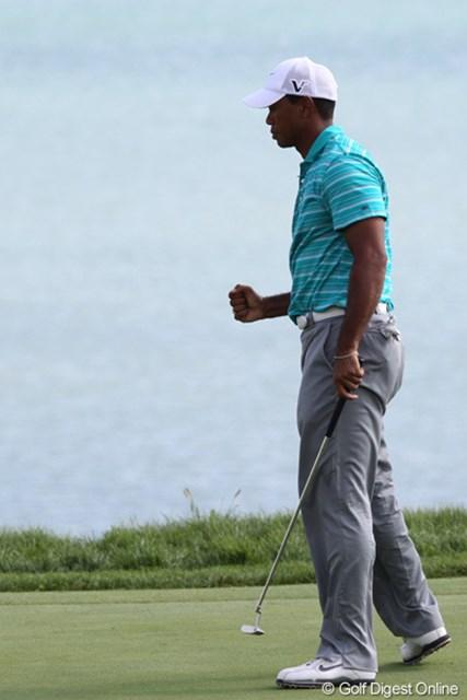 タイガー・ウッズ/全米プロゴルフ選手権3日目 17番パー3でバーディを奪いガッツポーズを見せるタイガー