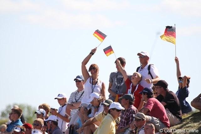 「カイマー!」ドイツ国旗を振りながら応援するギャラリー。18+3ホール降り続け、お疲れ様&おめでとう!