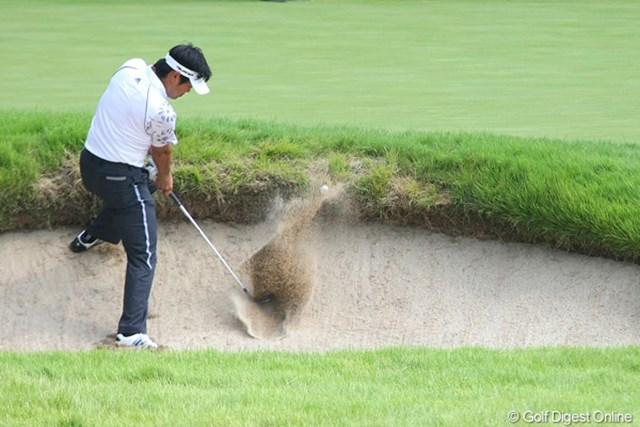 2010年 関西オープンゴルフ選手権競技初日 武藤俊憲 武藤俊憲は15番で、目玉状のバンカーショットを寄せきれずダボ。それでも3位タイは立派!
