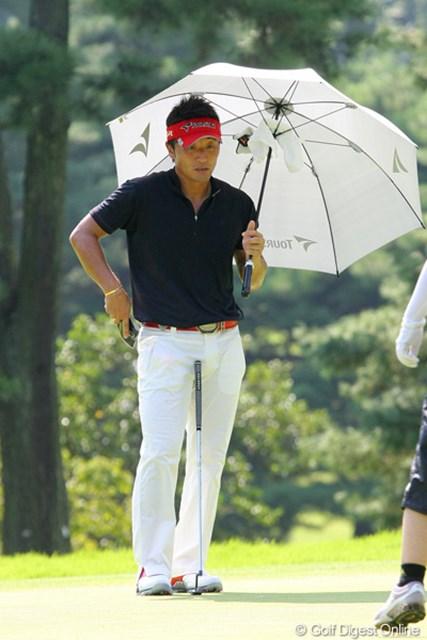 2010年 関西オープンゴルフ選手権競技初日 宮本勝昌 今週はほとんどの選手が日傘を使用。宮本勝昌もその一人