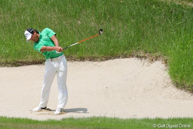 2010年 関西オープンゴルフ選手権競技最終日 谷口拓也 5番パー5、強引にウッドで打った2打目は手前のアゴに当たり、痛恨のボギーに。谷口拓也にとって悔いの一打となった