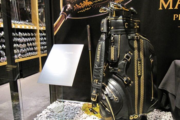 キャディバッグの刺繍部分にも「うるし」を使った装飾がされている マルマンが日本の伝統工芸「うるし」をクラブに注入 NO.4
