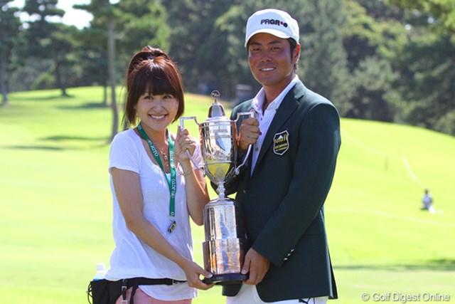 約2年ぶりの優勝を絢香夫人と喜びを分かち合う谷原秀人