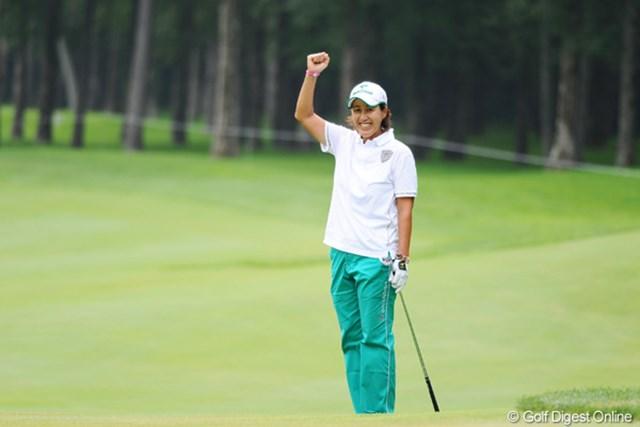 2010年 ニトリレディスゴルフトーナメント最終日 鬼澤信子 おめでとうアネキ!(2) 7番ホールで残り20ヤードをチップインバーディ!これで14アンダーとして勝利を決定付けたかに見えたけど・・・。