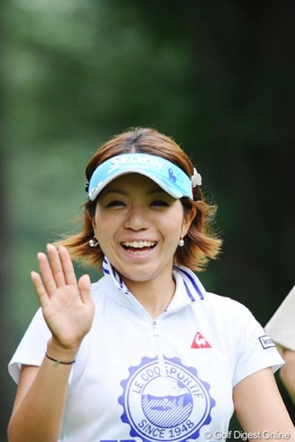 2010年 ニトリレディスゴルフトーナメント最終日 中村香織 番外編(1) 今日もカメラ目線の笑顔が眩しいカオリであったが・・・。