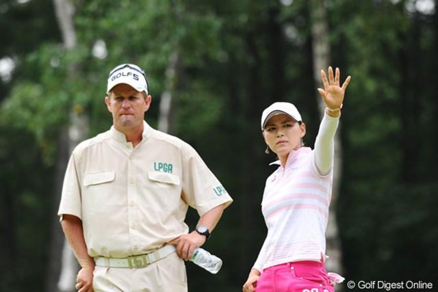 2010年 ニトリレディスゴルフトーナメント最終日 横峯さくら ギャラリーを規制するさくら。こんなポーズがサマになる日本人は、アンタと遼君だけです!!