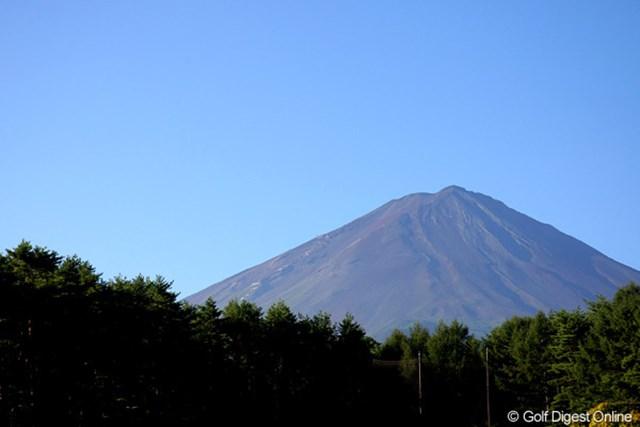2010年 フジサンケイクラシック初日 富士山 空気が澄んだスタート前、富士山が青空によく映えていた