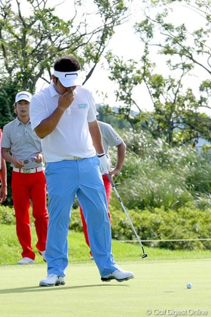 2010年 現代キャピタル招待 日韓プロゴルフ対抗戦初日 小田龍一 トップスタートの小田孔明&小田龍一は大敗。スタートホールでは小田龍一のショートパットがカップをクルリ。ボギー発進とした