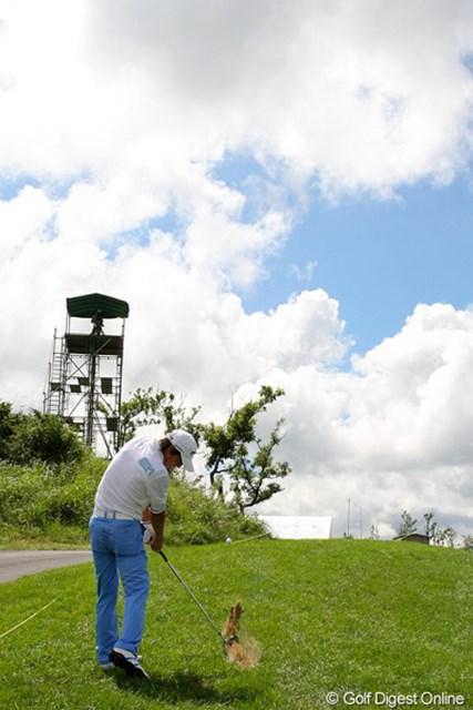 2010年 現代キャピタル招待 日韓プロゴルフ対抗戦初日 石川遼とテレビ塔 最終18番では薗田峻輔のティショットは左に曲がり、OBギリギリ。だが、飛球線上にテレビ塔があったために救済を受けられるラッキーも手伝い、バーディフィニッシュへと繋げた