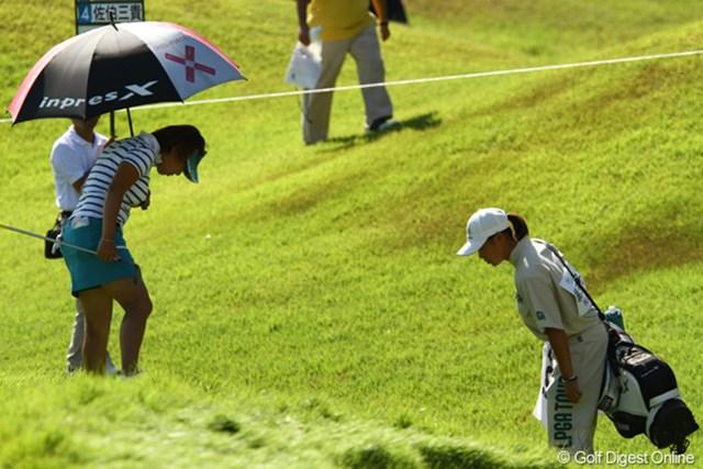 2010年 日本女子プロゴルフ選手権大会コニカミノルタ杯3日目 綾田紘子 3番でティショットをラフに入れ、必死に探す綾田紘子。その時!!