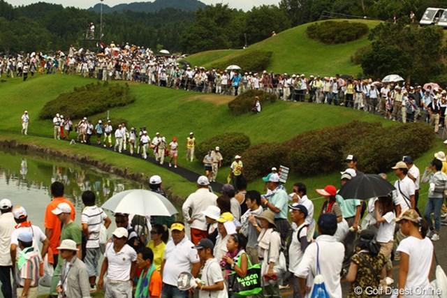 2010年 日本女子プロゴルフ選手権大会コニカミノルタ杯最終日 最終組 最終組がハーフターン。10番ホールへ民族大移動です。今日は10,065人のギャラリーが詰め掛けました。