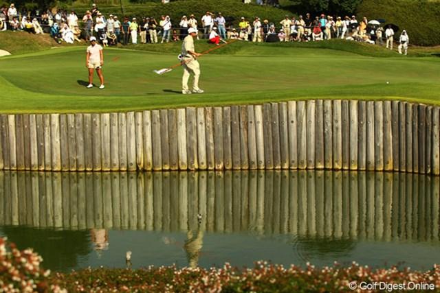 2010年 日本女子プロゴルフ選手権大会コニカミノルタ杯最終日 17番ショートホール 前後左右、どちらのミスも許されない、グリーンが池に囲まれた17番ショートホール。馬場ゆかりは、ファーストパットがグリーンの外へ。