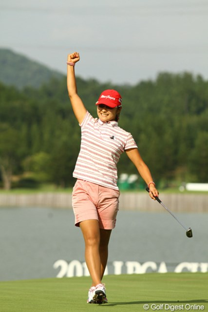 2010年 日本女子プロゴルフ選手権大会コニカミノルタ杯最終日 藤田幸希 ウィニングパットを決めてガッツポーズです。賞金2500万円を獲得し、賞金ランキングも一気に3位へジャンプアップです。