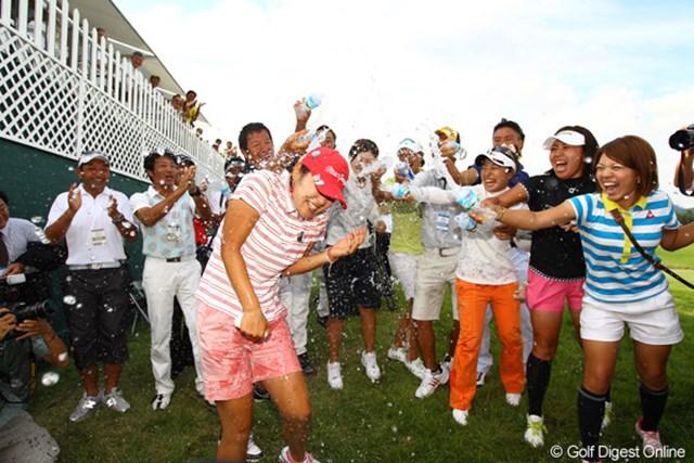 2010年 日本女子プロゴルフ選手権大会コニカミノルタ杯最終日 女子プロや関係者など、藤田プロの仲間達がウォーターシャワーで祝福です。
