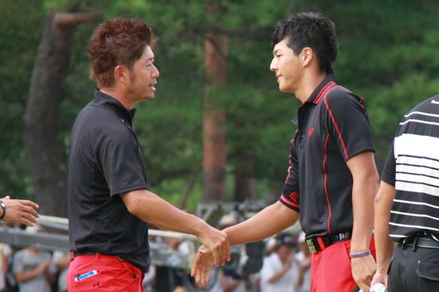 2010年 JGTOプレーヤーズラウンジ 松村道央 石川遼 同組対決の松村道央と石川遼がそっくりなウェアで登場した
