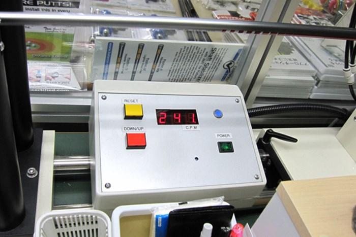 純正シャフト、グラファイトデザイン ツアーAD B10-33w(S)の振動数を計測してみると240cpm。軟らかめの設定である マーク金井の試打IP ブリヂストン ツアーステージ X-DRIVE GR ドライバー NO.4