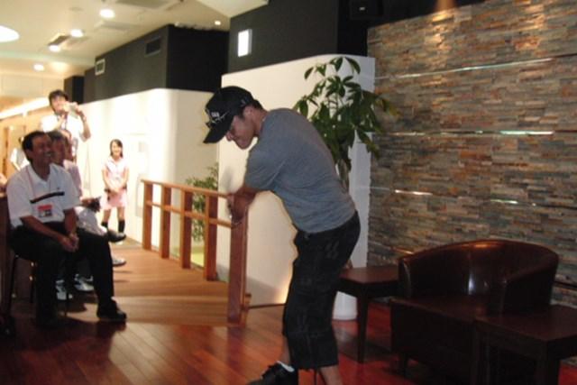 シミュレーションゴルフ大会で丸ちゃんが爆笑トーク連発! NO.2 丸山茂樹がスイングを披露
