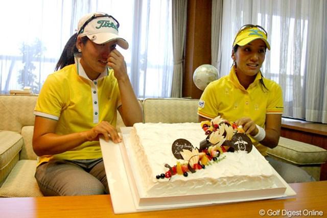 双子の久保啓子(右)と久保宣子が24歳の誕生日を迎え、主催のデサントからバースデーケーキが。妹の宣子が涙を流す場面も