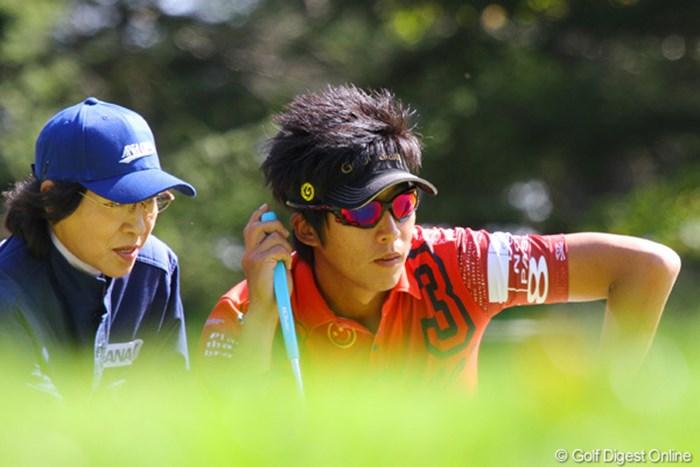 ハウスキャディに小さなアンジュレーションも確認するジェイ・チョイ 2010年 ANAオープンゴルフトーナメント3日目 ジェイ・チョイ