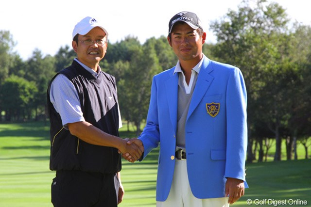 最優秀作品賞の飛田さんが優勝した池田勇太と握手を交わした