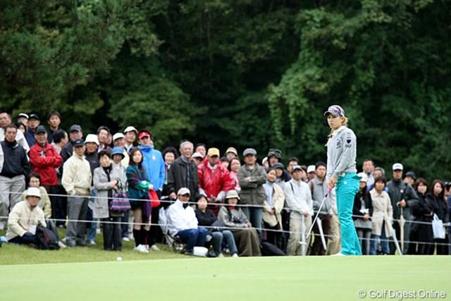 2010年 ミヤギテレビ杯ダンロップ女子オープンゴルフトーナメント2日目 上田桃子 グリーン上でパットを決められず呆然とする上田桃子