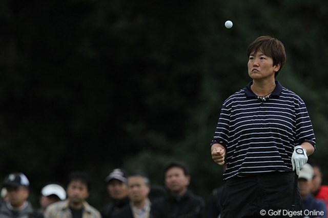 2010年 ミヤギテレビ杯ダンロップ女子オープンゴルフトーナメント2日目 井上葉香 「私の番はまだですか」ボールで暇つぶしです。