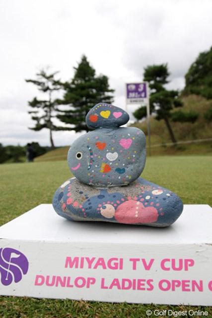 2010年 ミヤギテレビ杯ダンロップ女子オープンゴルフトーナメント2日目 ティマーカー この大会のティーマーカーは子供たちが作ったものを使用してます。