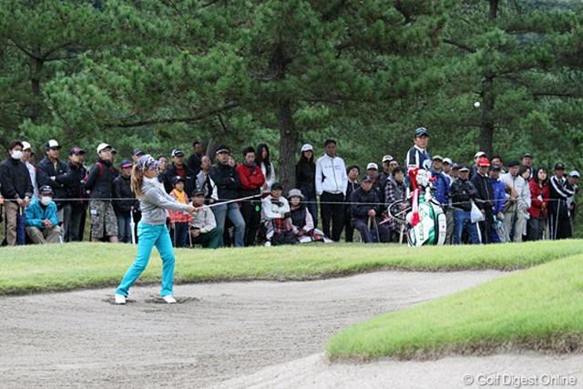 2010年 ミヤギテレビ杯ダンロップ女子オープンゴルフトーナメント2日目 上田桃子 最終組でラウンドする桃ちゃん、ギャラリーも声援を送ってます。