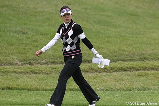 2010年 ミヤギテレビ杯ダンロップ女子オープンゴルフトーナメント2日目 大山志保 歩測して残りのヤードを確認する志保ちゃんです。トップとは4打差、まだまだチャンスはありますよ。